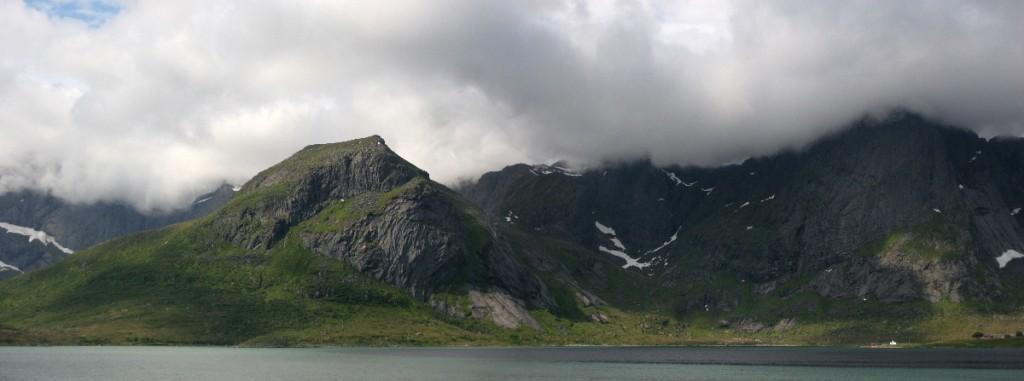 Wolken geben die Landschaft frei