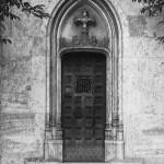 Der Eingang zu einem der diversen überwältigenden Bauwerke