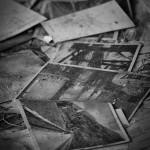 Zahlreiche alte Postkarten bedecken den Boden