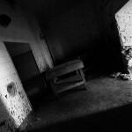 Die dunklen Spritzer an den Wänden erinnern an brutale Horrorfilme