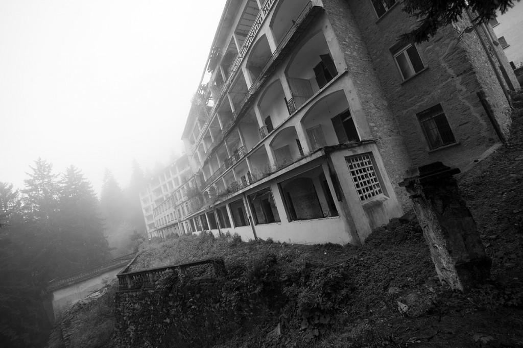 Der Nebel lässt ein Gebäude des ehemaligen Sanatoriums langsam verschwinden