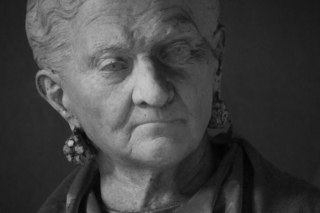 Die Nussverkäuferin Caterina Campodonico hat ihr Leben lang gespart, um sich den Traum einer Grabskulptur zu verwirklichen.