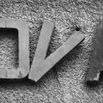 Die Buchstaben an einem ungenutzten Gebäude finden keinen Halt mehr.