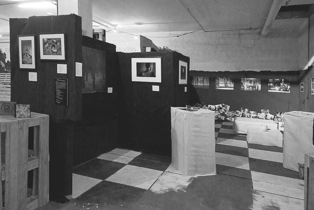 """Blick in den Schwarz-Weiß-Bereich: Links ist ein Teil des Bildes """"Lieber Tod"""" auf Leinwand zu sehen."""